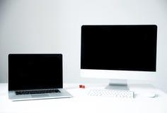 有个人计算机的膝上型计算机在书桌上在办公室 免版税库存照片