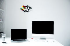 有个人计算机的膝上型计算机在桌上在办公室 免版税图库摄影