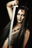 有中世纪剑的性感的妇女 免版税库存图片