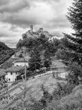 有中世纪城堡的小意大利村庄在秋天 库存照片