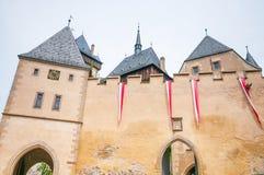 有中世纪城堡Karlstejn年迈的时钟的堡垒墙壁  免版税图库摄影