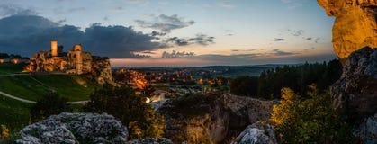 有中世纪城堡Ogrodzieniec废墟的夜全景  库存照片
