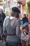 有中世纪服装的妇女和男孩后面 库存图片