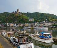 有中世纪村庄、城堡和小船的摩泽尔河 免版税库存照片