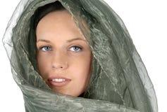 有中东样式丝绸面孔面纱和围巾的妇女 免版税图库摄影