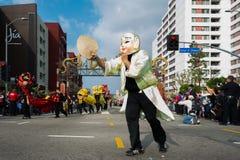 有中国服装和面具的一个未认出的人 免版税图库摄影