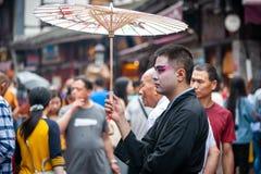 有中国歌剧构成的人在街道 库存图片