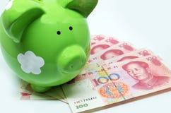 有中国货币的绿色存钱罐 免版税库存照片