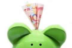 有中国货币的绿色存钱罐 库存照片