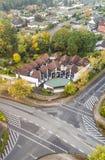 有中央前院的现代露台的房子在毒菌的郊区 免版税库存图片