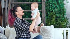 有中景种类愉快的年轻的母亲感觉的爱使用与她的小可爱宝贝 股票视频