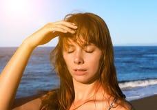 有中暑的少妇 健康问题在度假 图库摄影