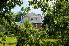 有中楼的议院在Konstantinovo 免版税库存图片