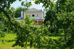 有中楼的议院在Konstantinovo 图库摄影