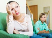 有中年妇女和少年的儿子冲突 库存图片
