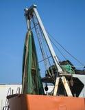 有为一次钓鱼演出的网的一条商业捕鱼业小船 库存图片
