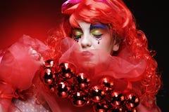 有举行圣诞节decoratio的艺术性的构成的美丽的夫人 图库摄影