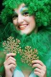 有举行圣诞节decoratio的艺术性的构成的美丽的夫人 库存照片