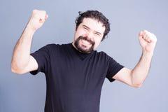 有举起的拳头的兴高采烈的人 免版税库存照片