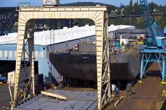 有举起的起重机和车间造船厂河船 免版税库存图片