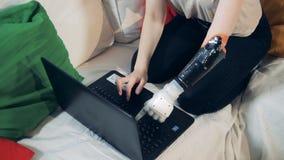 有义肢手工的与膝上型计算机,关闭残疾女孩 股票视频