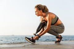有义肢腿的确信的残疾运动员妇女 免版税图库摄影