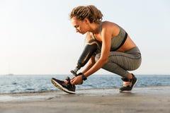 有义肢腿的被聚焦的残疾运动员妇女 库存照片