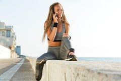有义肢腿谈话的微笑的失去能力的运动员妇女 库存照片