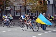 有乌克兰乘驾自行车旗子的人们  免版税库存照片
