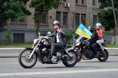 有乌克兰旗子的骑自行车的人 图库摄影