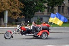 有乌克兰旗子的骑自行车的人 库存照片