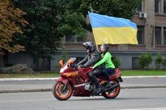 有乌克兰的旗子的摩托车骑士 库存图片