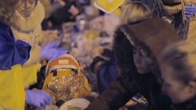 有乌克兰语的人们和欧盟旗子愿意烹调其他示威者的食物 股票视频