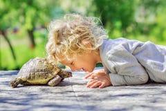 有乌龟的可爱的男孩 免版税库存图片