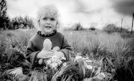 有乌龟的白肤金发的女婴在草 免版税库存图片