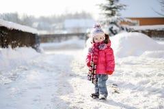 有乐趣的女孩少许冬天 库存照片