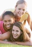 有乐趣的女孩户外少年 免版税图库摄影