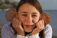 有乐趣的女孩海运年轻人 免版税图库摄影