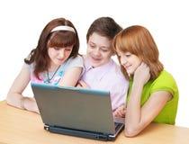 有乐趣的组膝上型计算机学生少年 库存图片