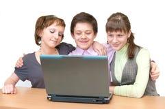 有乐趣的组膝上型计算机学生少年 免版税库存图片