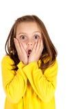 有乐趣的逗人喜爱的女孩使面孔表示震惊 免版税图库摄影
