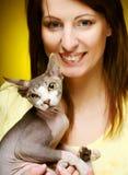 有乐趣sphynx猫的少妇 图库摄影