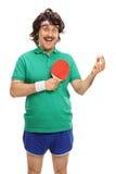 有乒乓球球拍和球的减速火箭的运动员 库存照片