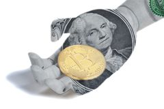 有乔治・华盛顿画象的木机器人手一个U S 拿着bitcoin的美金 免版税库存图片