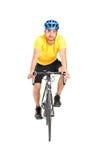 有乘坐bycicle的盔甲的人 免版税库存照片
