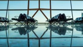 有乘客座位的空的空的机场终端 库存图片
