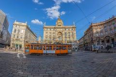 有乘客的减速火箭的橙色电车在街道上在米兰,意大利 库存照片