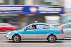 有乘客的加速的出租汽车,大连,中国 库存图片