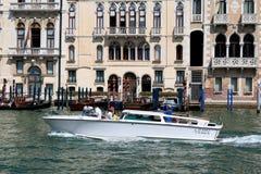 有乘客的白色出租汽车小船在威尼斯,意大利 库存图片