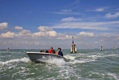 有乘客的白色汽船在威尼斯式盐水湖在威尼斯,意大利 库存图片